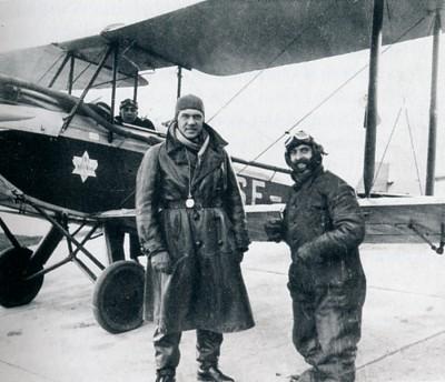 Den Bilden Otto Bebbe Ohm vid flygplan Kockums gamla Malmö