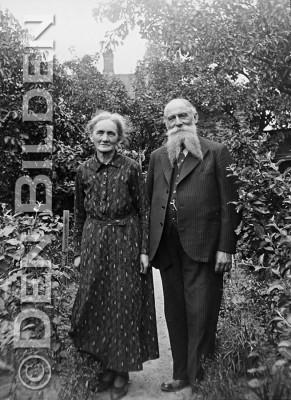 kulladal Målarmästaren Olof Nilsson, född 1865, och hans hustru i en trädgård, troligen vid deras hus på Ludvigsgatan 5 i Kulladal i Malmö.foto einar erice 1935